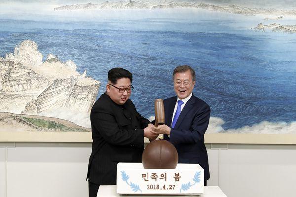 朝韩首脑晚宴 金正恩与文在寅一同手持木槌敲开巧克力球