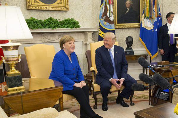 特朗普白宫迎接德国总理默克尔 两人行亲吻礼