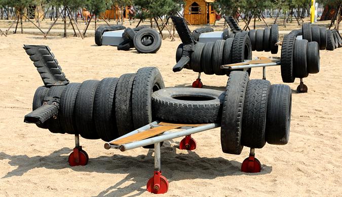 """旧轮胎做""""飞机坦克"""" 酒店老板欲造""""兵器城"""""""
