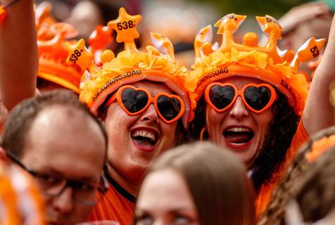 荷兰民众庆祝国王日 橙色狂欢引爆街头