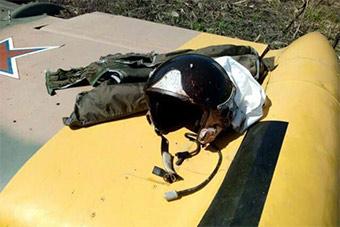 俄军L39教练机空中撞鸟飞行员头盔溅满鲜血
