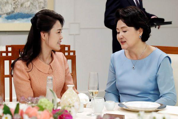 朝韩两国领导人夫人首次会面 手牵手亲密同行