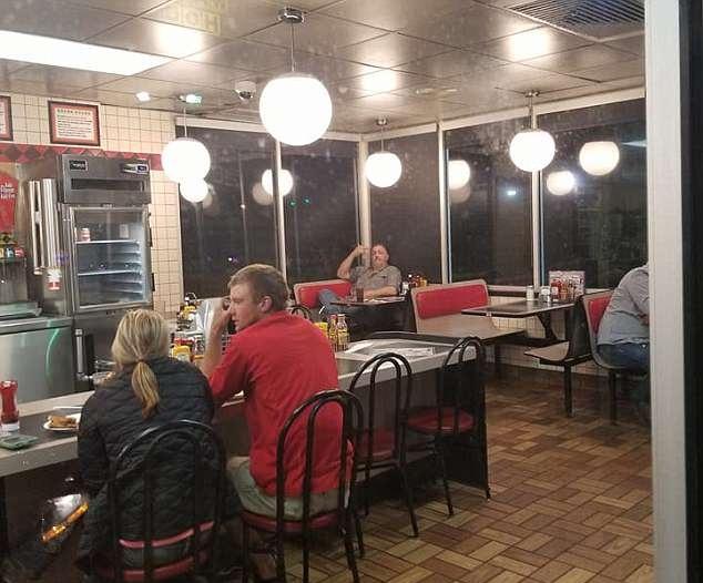 美黑人女子欲进餐厅门被锁 店内多名白人用餐