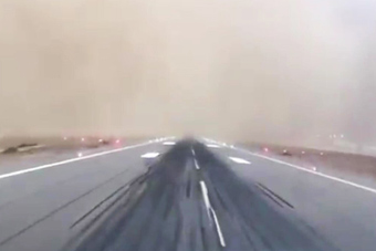 跑道都快看不见了!实拍客机在沙尘暴中惊险降落