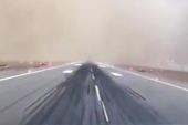 客机在沙尘暴中惊险降落