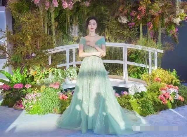 范冰冰,杨幂的薄荷绿长裙被大家称赞,而热巴穿的薄荷绿却被网友怒骂