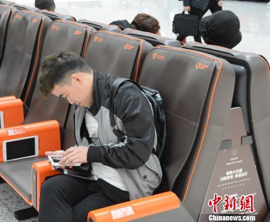 国内首款铁路智能化座椅在大连北站投入使用