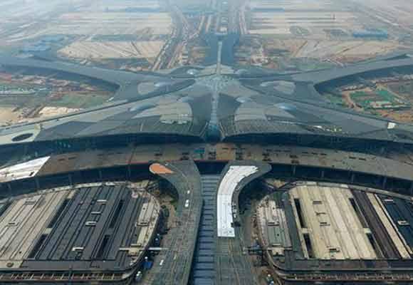 北京新机场航站楼前高架桥合龙