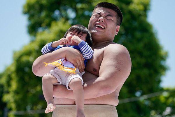 以哭定输赢!日本举行传统婴儿啼哭大赛