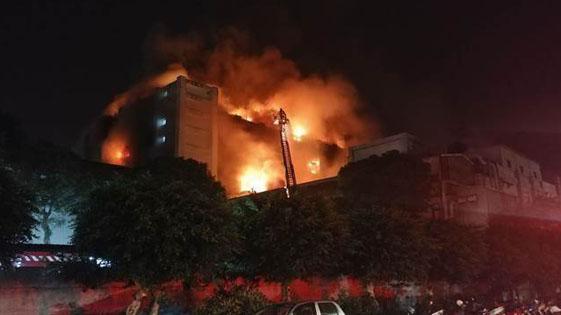 台湾桃园一工厂大火 5消防员殉职  2外籍劳工不治