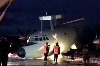 俄试飞员驾驶印度海军伊尔38机场迫降 以头撞地