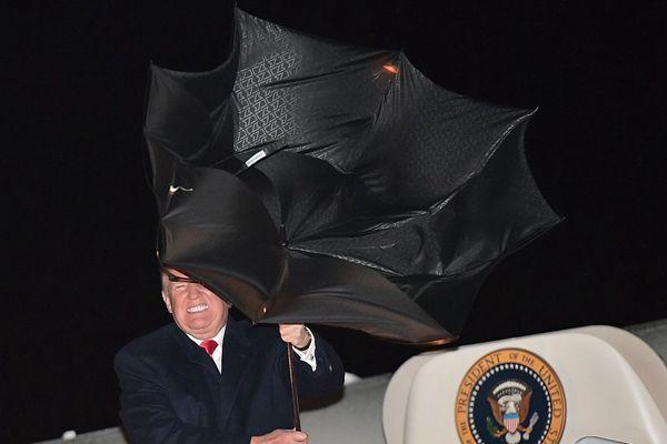 特朗普结束集会回程遇大风 伞被掀翻