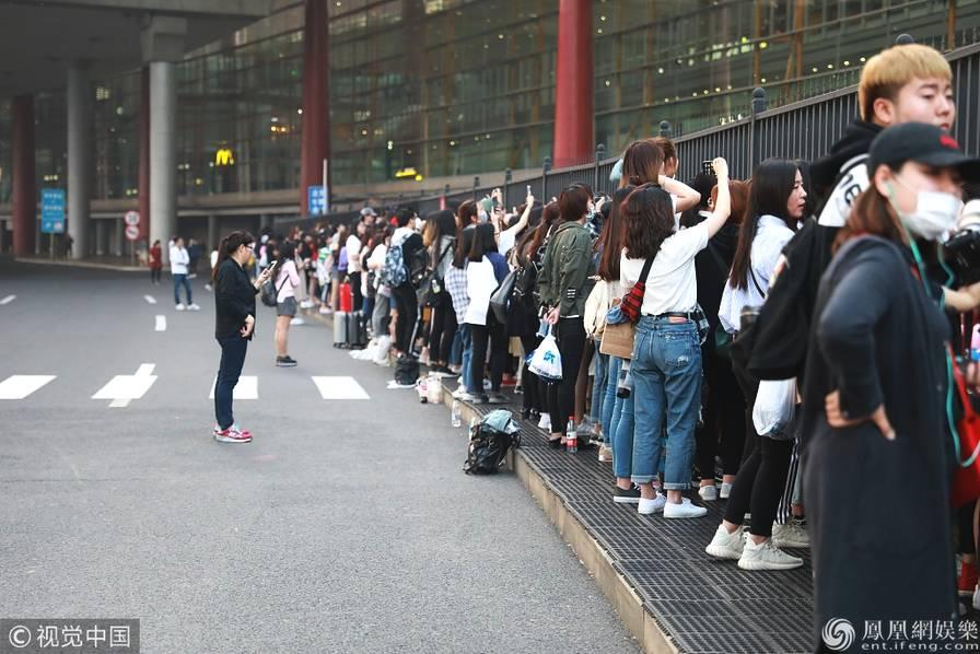 吴亦凡海外闭关96天 粉丝搬小板凳围守机场