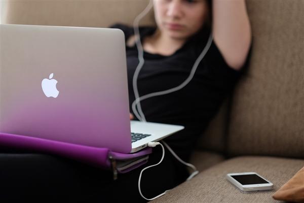 把笔记本电脑放到腿上使用不会影响生育能力
