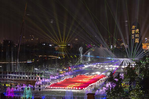西安:《领航·新时代》光影秀在大雁塔惊艳亮相