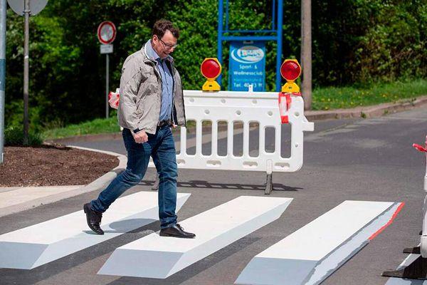 德国小镇现3D人行道斑马线提高道路安全