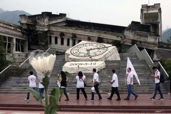 """""""同心·共铸中国心""""医务志愿者悼念汶川特大地震遇难同胞"""