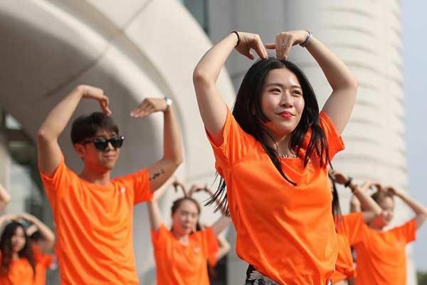 南京街头上演网络流行舞