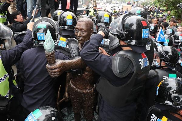 """韩市民团体在日使馆前设置""""劳工像"""" 同警方爆发激烈冲突"""