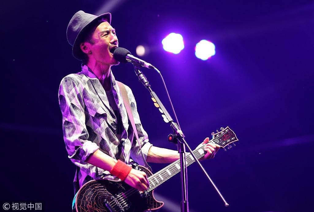朴树抱吉他戴礼帽似阳光少年