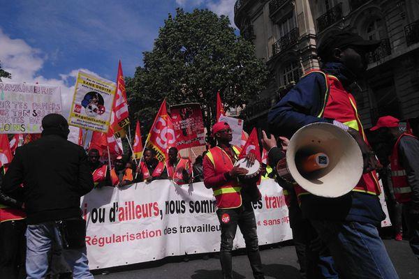 法国巴黎2万人劳动节大游行 现打砸纵火暴力场面