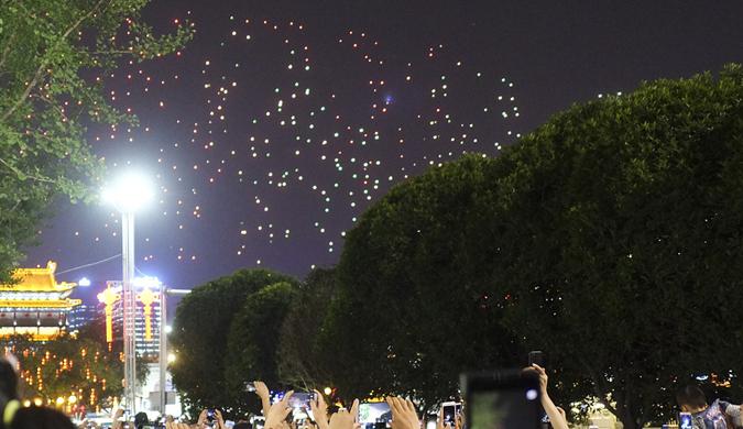 西安无人机秀吸引数万观众 南门钟楼成人海