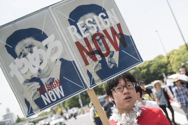 日本劳动节2万人游行 要求首相安倍下台