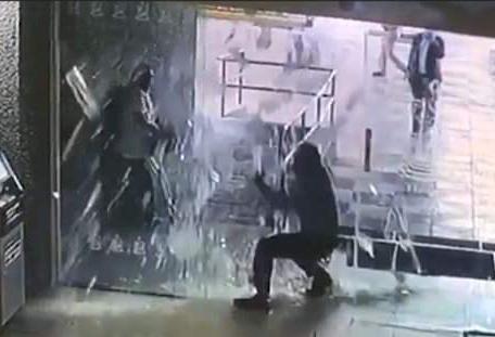 """戏剧一幕!墨西哥男子奔向""""出口""""结果撞碎玻璃门"""
