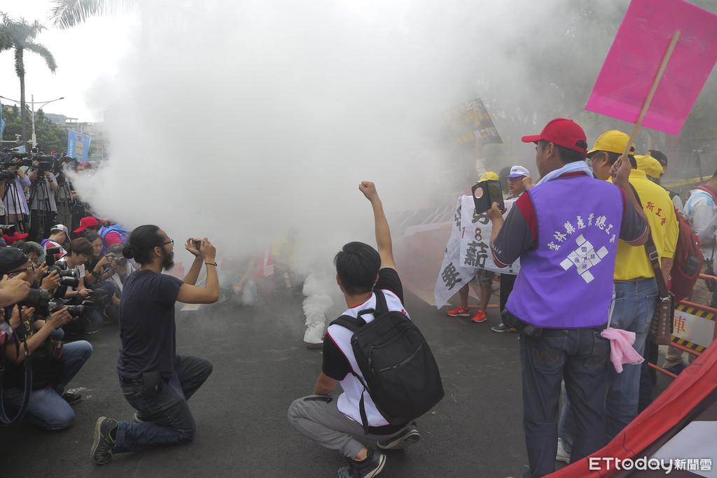"""台湾""""2018五一大游行"""" 民众放狼烟向台当局宣战"""