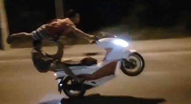 秒杀战斗民族!越南一男子单脚站摩托车上飞速行驶