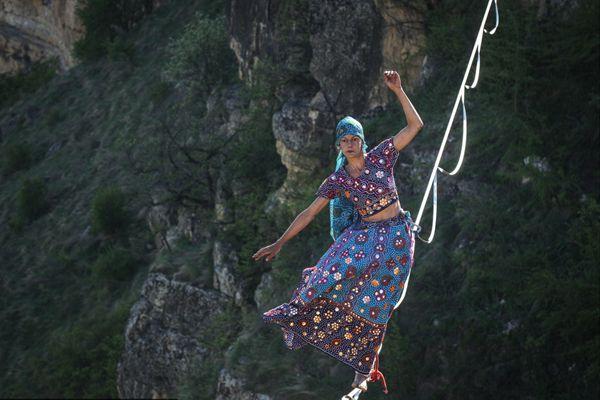 俄罗斯高空走绳节举行 参赛选手高空炫技惊险刺激