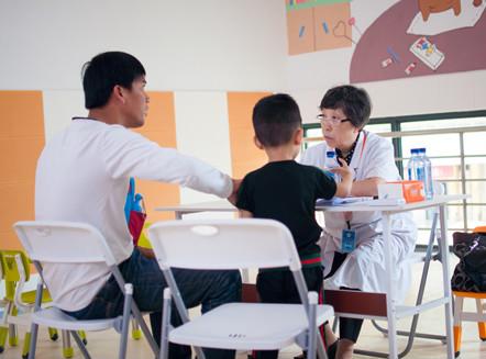 鸿运国际娱乐网站残疾人福利基金会组织全国孤独症康复专家义诊活动在海口市举行