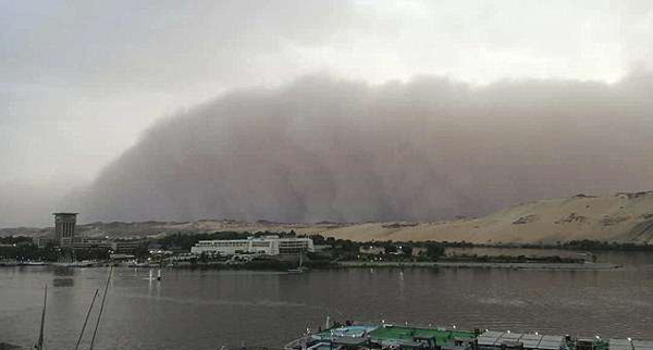 滚滚沙尘暴吞噬埃及城市致多条高速关闭