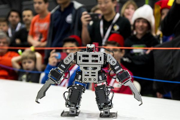 """美国举行全球最大机器人挑战赛 """"火药味""""十足"""