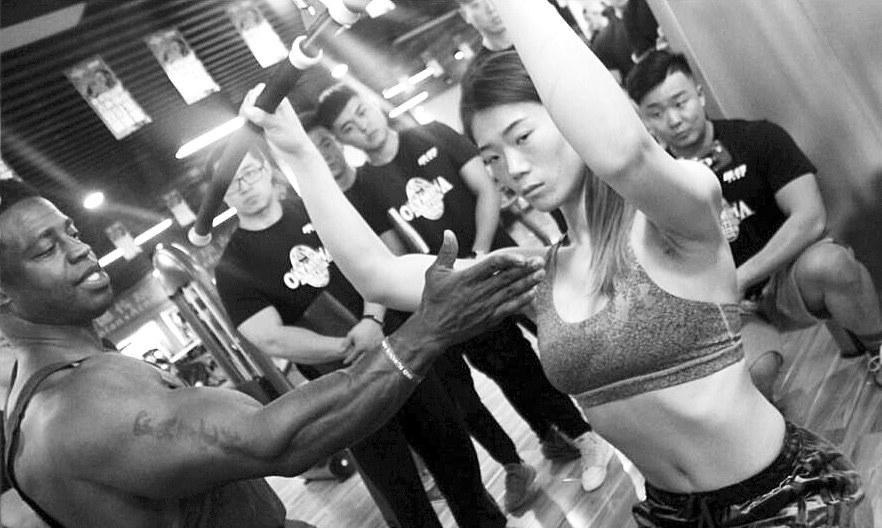 """港媒:中国年轻女孩练成""""健身房体型"""""""