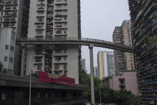 """重庆现""""任性""""天桥 50米高""""插""""入13层居民楼"""