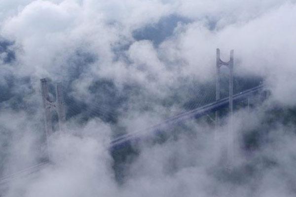 """湖北恩施贡水河特大桥云雾缭绕宛如""""浮""""在云端"""