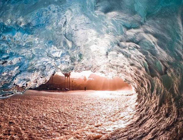 美冲浪者翻滚大浪中抓拍绝美景象