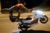 秒杀战斗民族!越南男子单脚站摩托车上飞速行驶