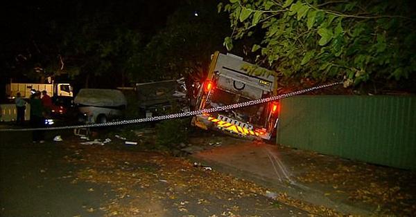 惊险!澳垃圾车失控撞毁汽车船只和民宅
