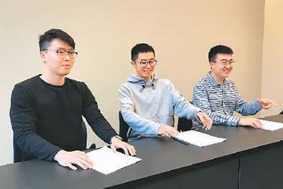 中国侨网李博源(右一)认为,学习法律法规对学子来说极其重要,法律知识应铭记于心。图为李博源与同学参加安全知识竞赛。(照片由受访者提供)