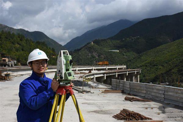 """奋战在""""一带一路""""上的中国青年建设者"""