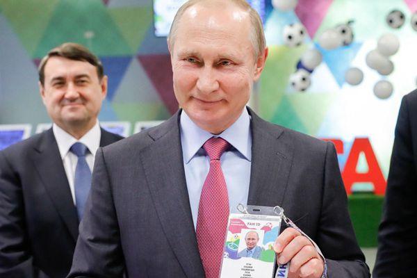 """2018世界杯下月开幕 俄总统普京拿到""""球迷身份证"""""""