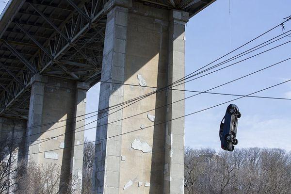 拍电影?加多伦多大桥上悬挂神秘汽车 让人抓狂