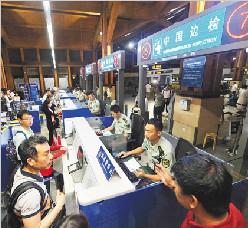 59国人员入境免签政策实施首日—767名外国来琼游客免签入境