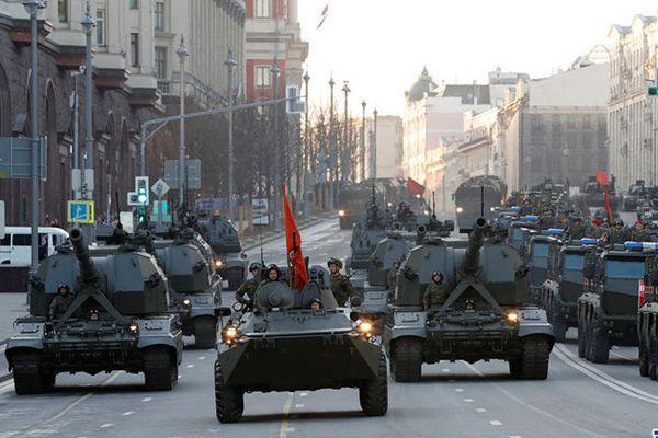 俄胜利日阅兵临近 士兵在红场连夜彩排