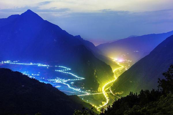"""湖北兴山""""三峡水上公路""""夜色阑珊"""