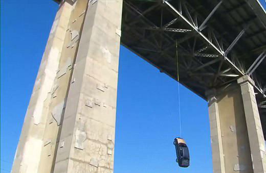 加一大桥下现绳子悬挂轿车  警方推测或为恶作剧