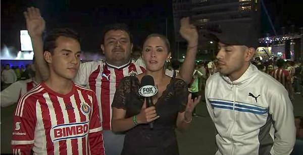 女记者直播时被身后男球迷摸臀 勇敢出手回击