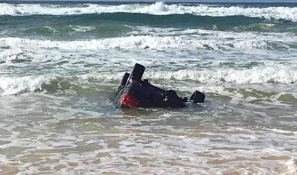 假期惊魂!游客驾汽车深陷澳海滩被潮水淹没